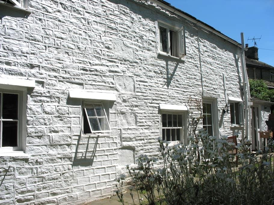 Peak District Stone Built Cottage - Whaley Bridge