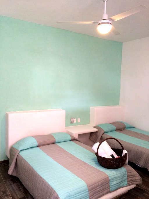 Suite de 2camas con cocineta y baño - Ixtapa - Huis