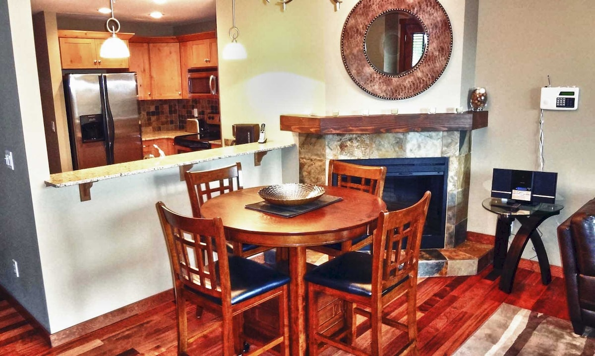 Casual dining area and breakfast bar.