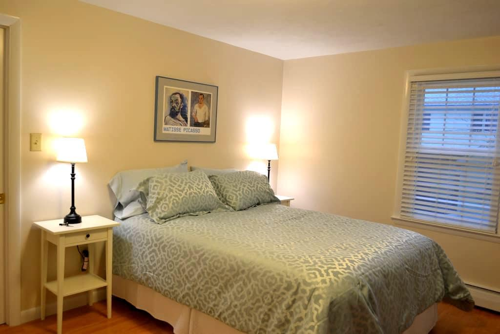 3 room suite with private entrance - State College - House