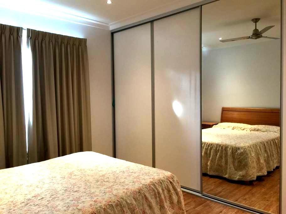 Cosy queen size bedroom in new house. - Riverton - Casa