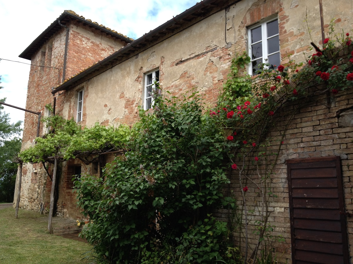 Country tuscan house w bus to Siena