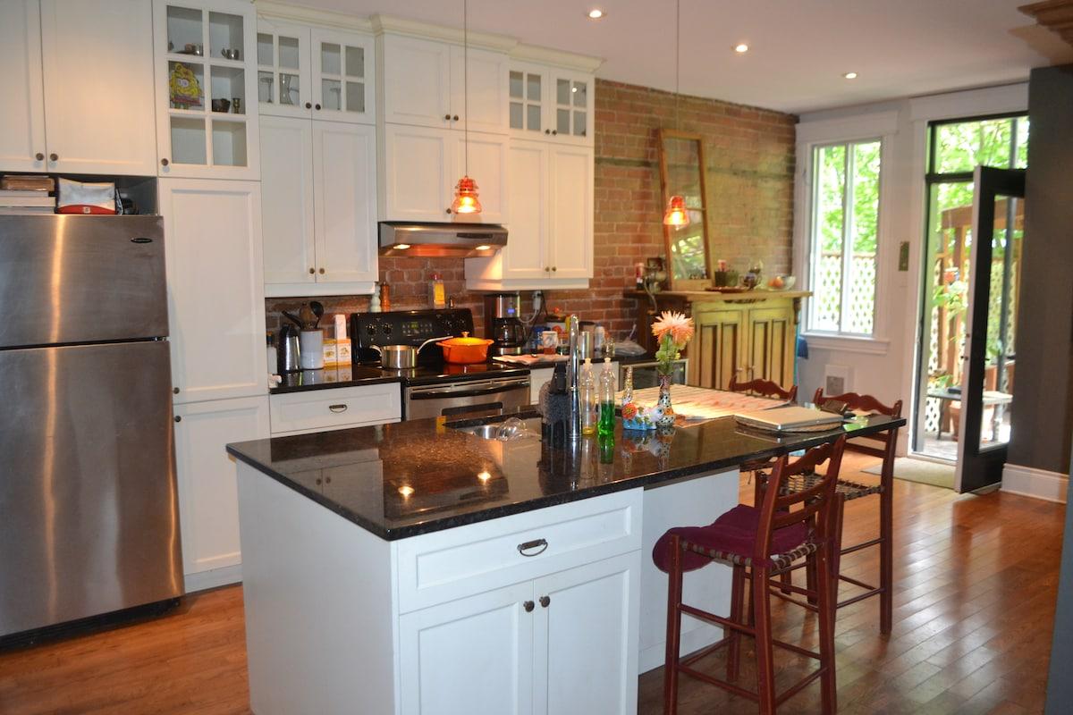 Huge kitchen space overlooking terasse