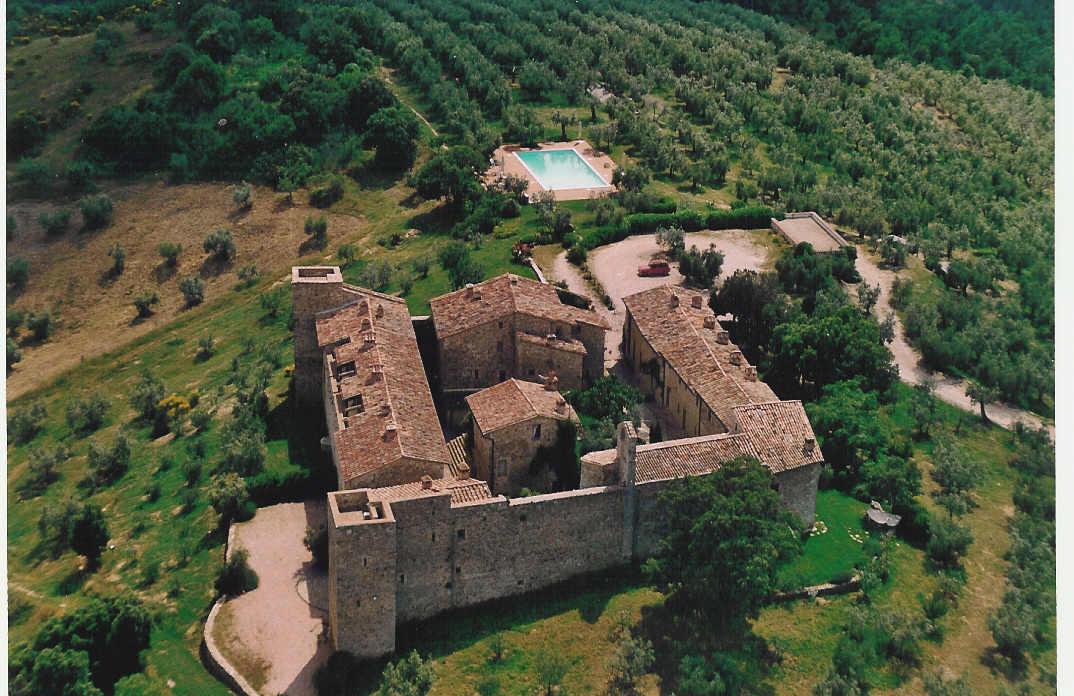 vista aerea del borgo-castello di Montelagello, l'appartamento è prospiciente il giardino verde in primo piano a destra