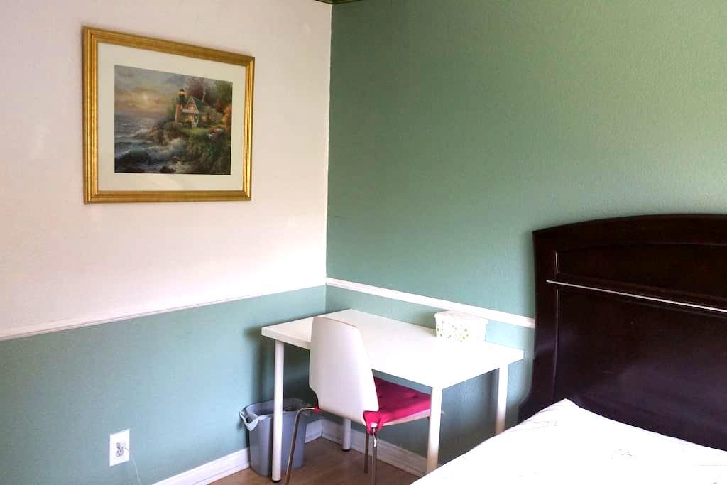 Cozy bedroom with queen size bed - Роулэнд-Хайтс - Дом