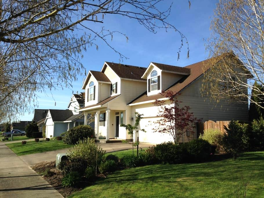 Wine Country King Suite w/ Mnt view - McMinnville - Bed & Breakfast