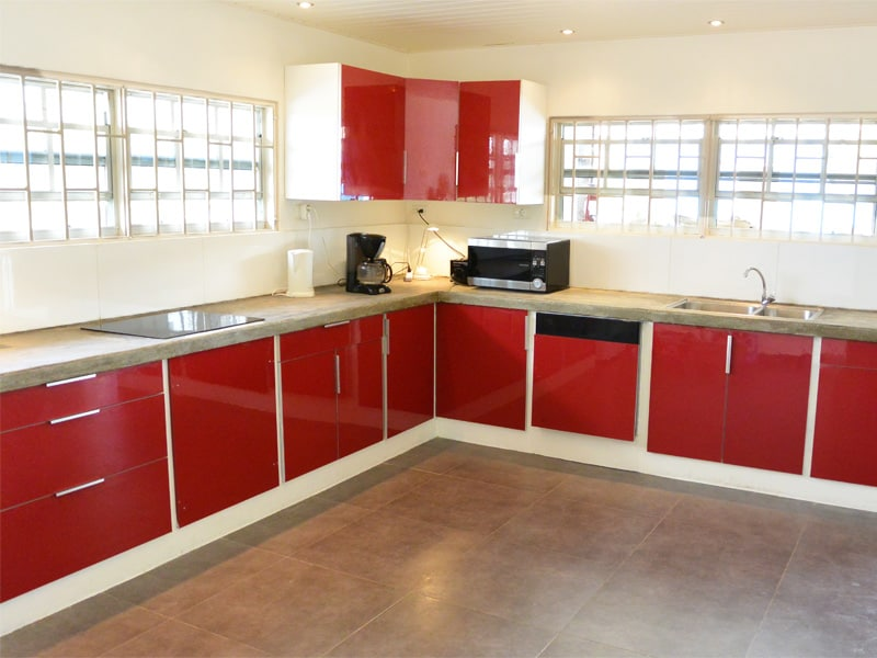 Enormous, fully-equipped kitchen with dishwasher, microwave and grill