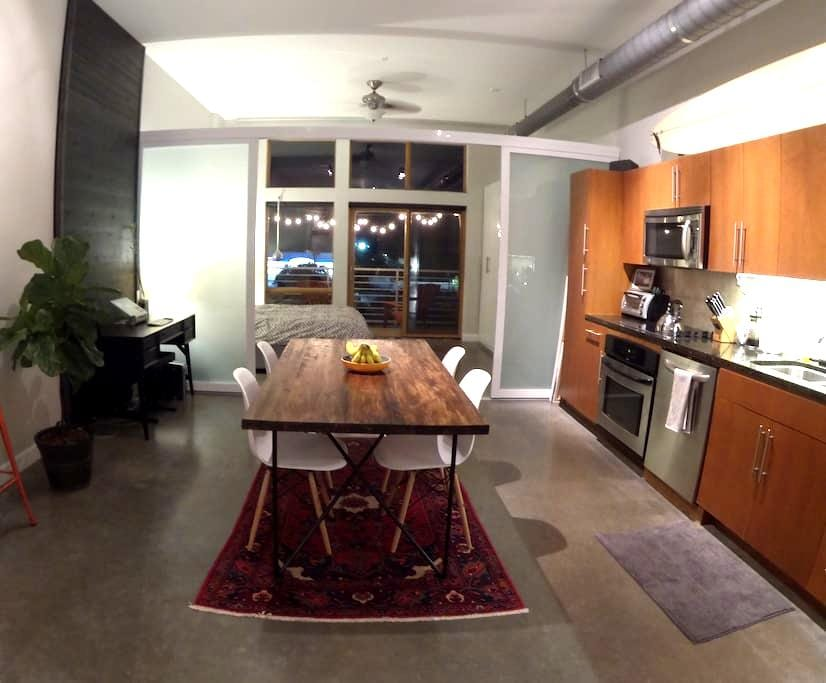 Bright and Modern East 6th Street Loft! - Austin - Loft