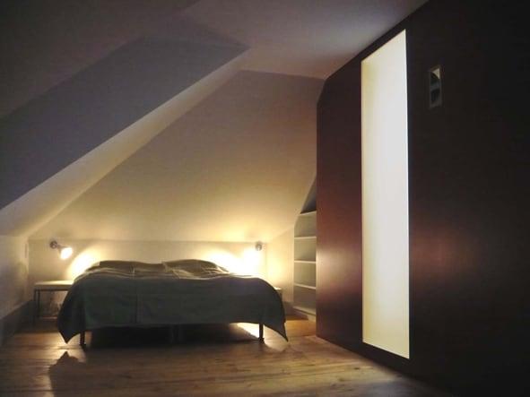 Schlafbereich der Gästewohnung in Abendstimmung