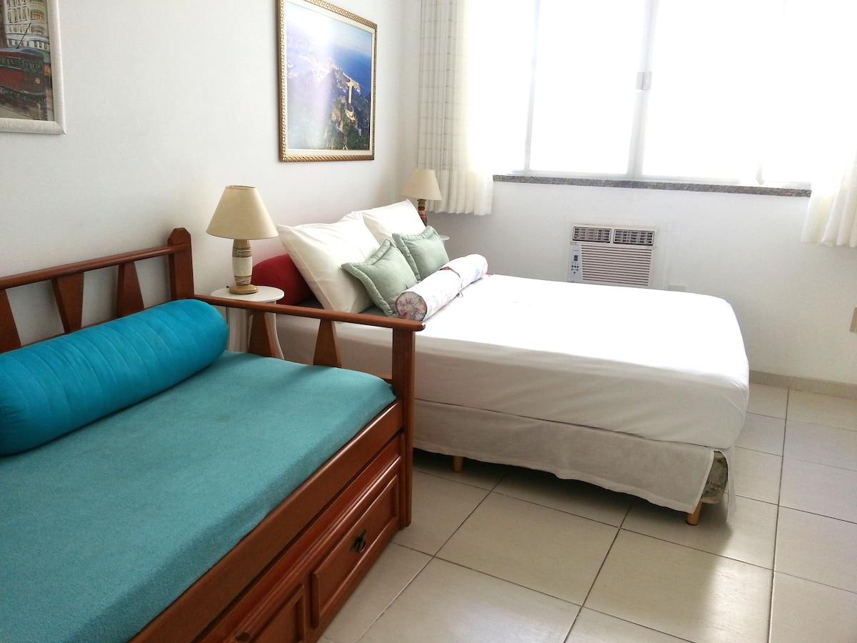 quarto ensolarado, ar condicionado, cama casal