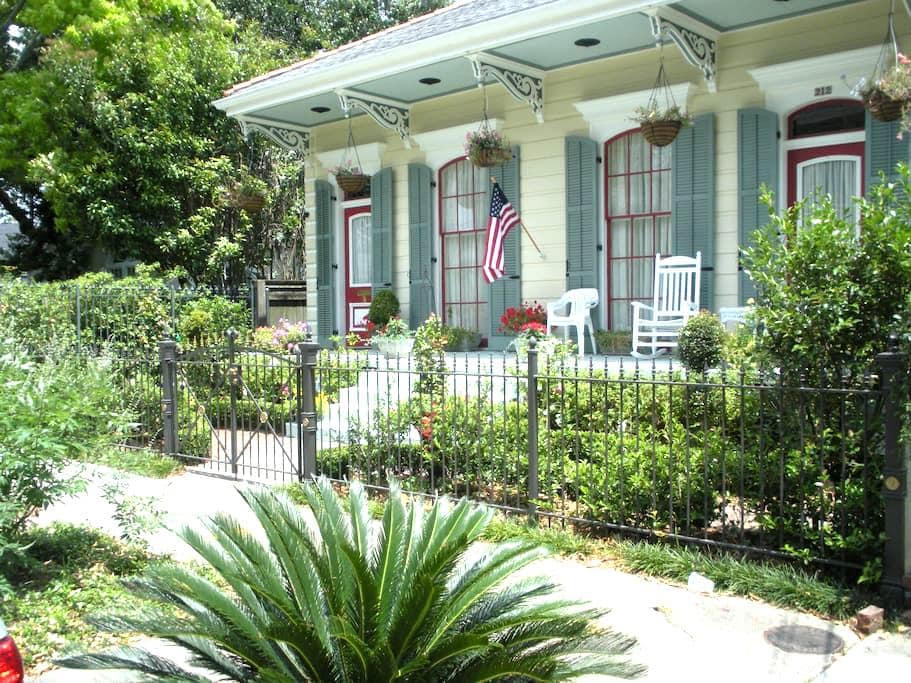 Stunning 1800's double-shotgun in New Orleans. - New Orleans - Bed & Breakfast
