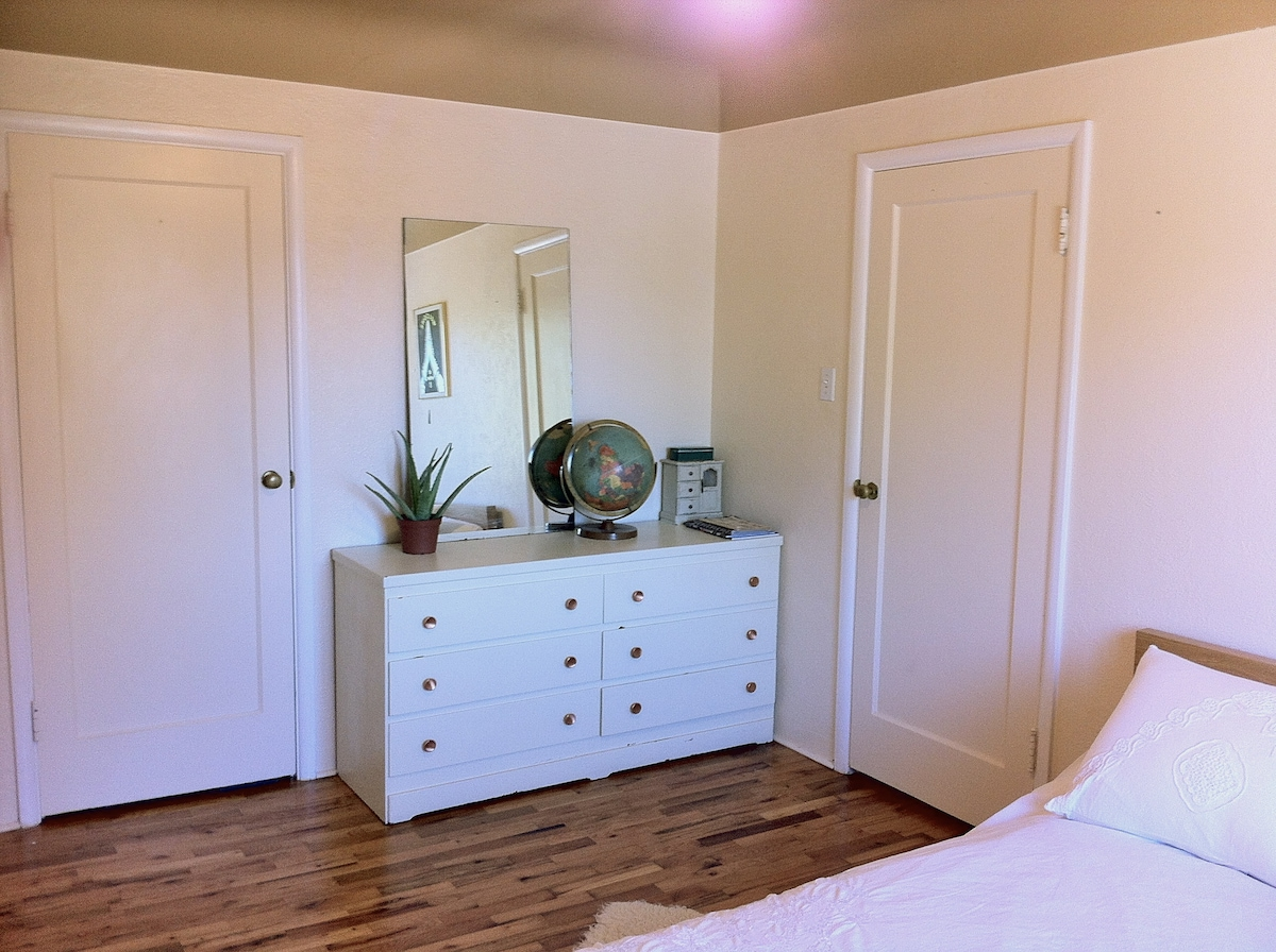 Bright and Airy 1 Bedroom Apt