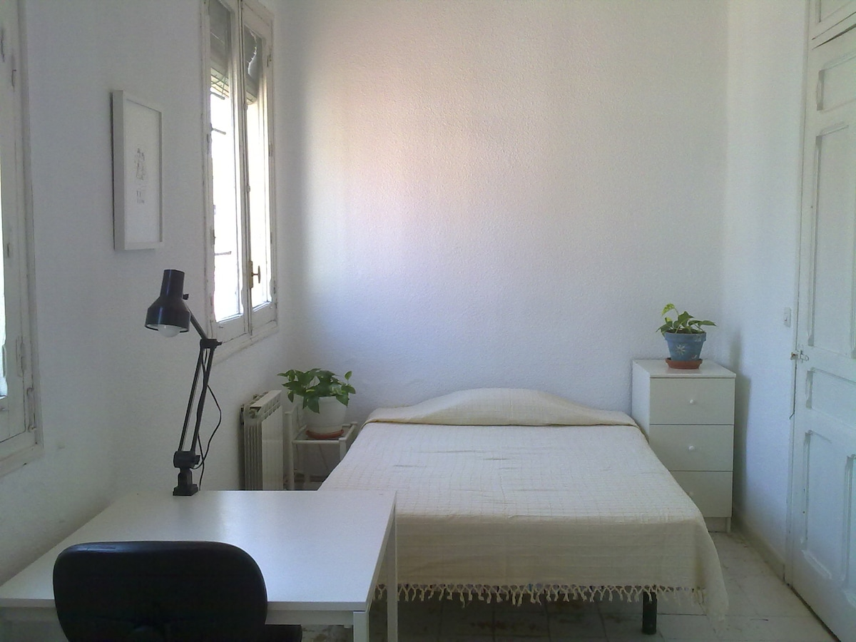 Semi-double room downtown (Sol)