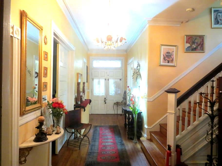 VICTORIAN RM-WALK TO TRAIN * PRIVATE PARKING * - Philadelphie - Bed & Breakfast