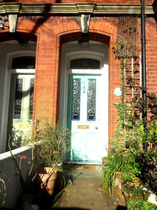 Bright double room, Victorian house - Brighton - Bed & Breakfast