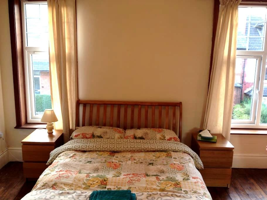 Massive double room with sofa & tv - Nottingham - Huis
