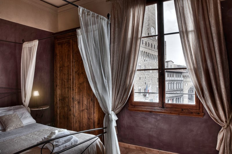 Double bed in the livingroom with a magnificant view on the Signoaria sqaure