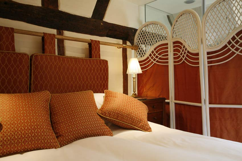 Dahlia - a cosy room with twin or double beds, modern glass shower and private toilet/washroom