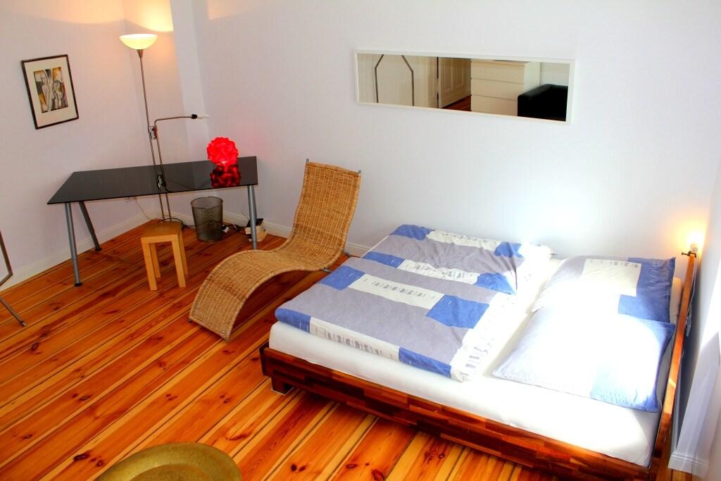 Das Schlafzimmer mit großem Bett
