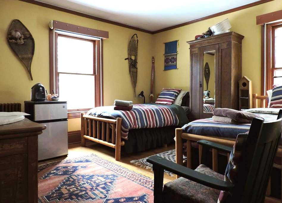 The Doctor's Inn - The Yellow Room - Saranac Lake - Apartment