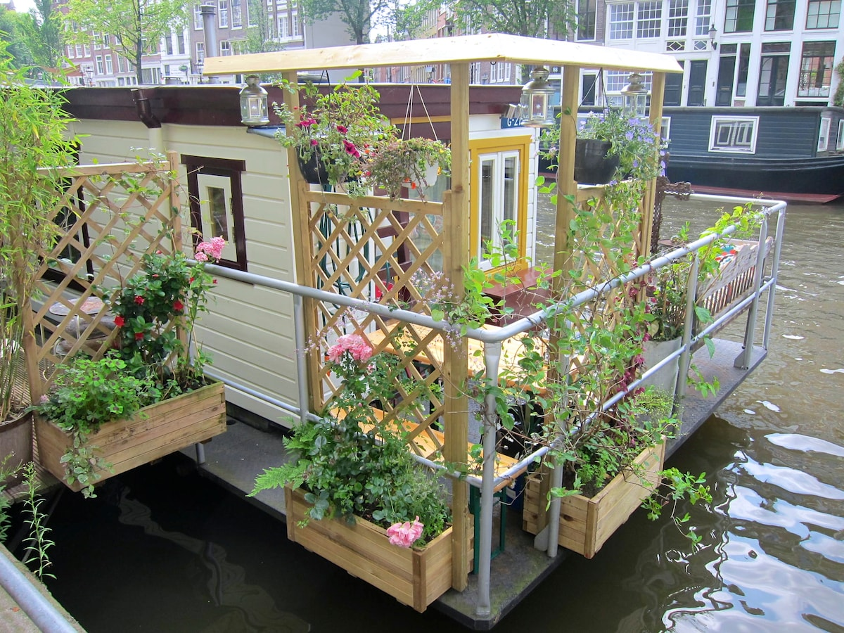 Side deck with garden
