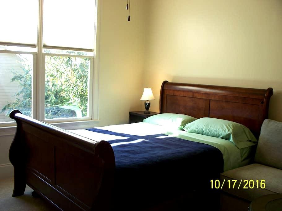 Sunny, Cozy, Private bedroom with bathroom - Buford - Casa