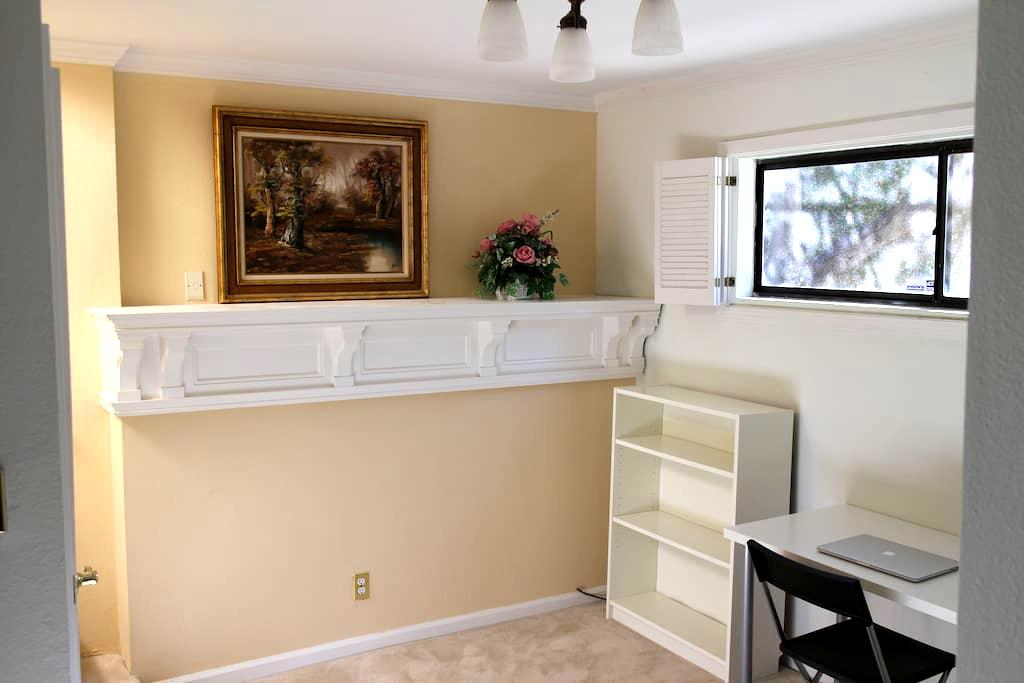 Room with private entrance and bath - Belmont - Casa