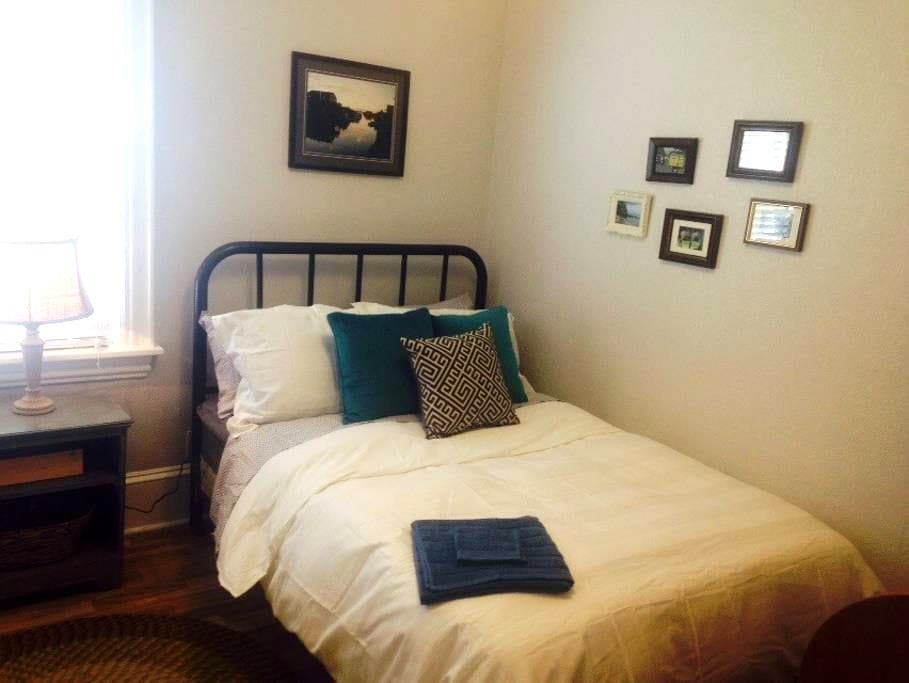 Charming room in a Heritage Home - Dartmouth - Hus