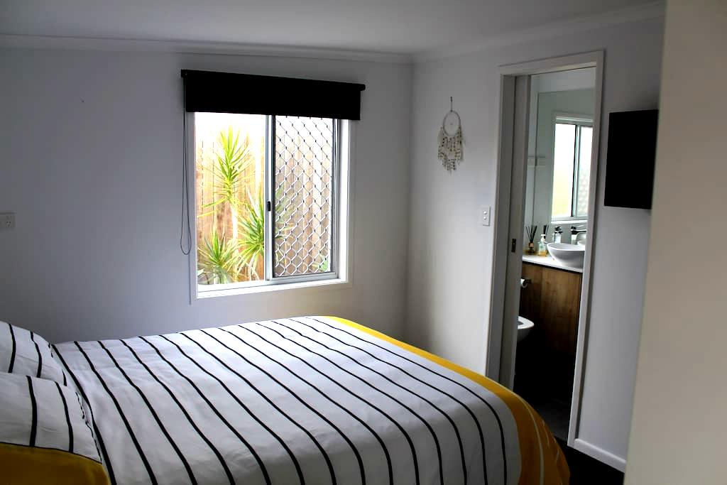 Beachside Wurtulla private one bedroom flat - Wurtulla - Appartement