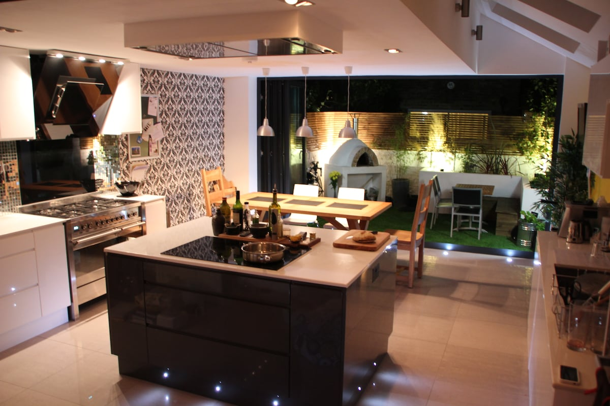 Modern Stunning Kitchen, Garden Terrage, & Pizza Oven (plus edible herb garden to help yourself from!)