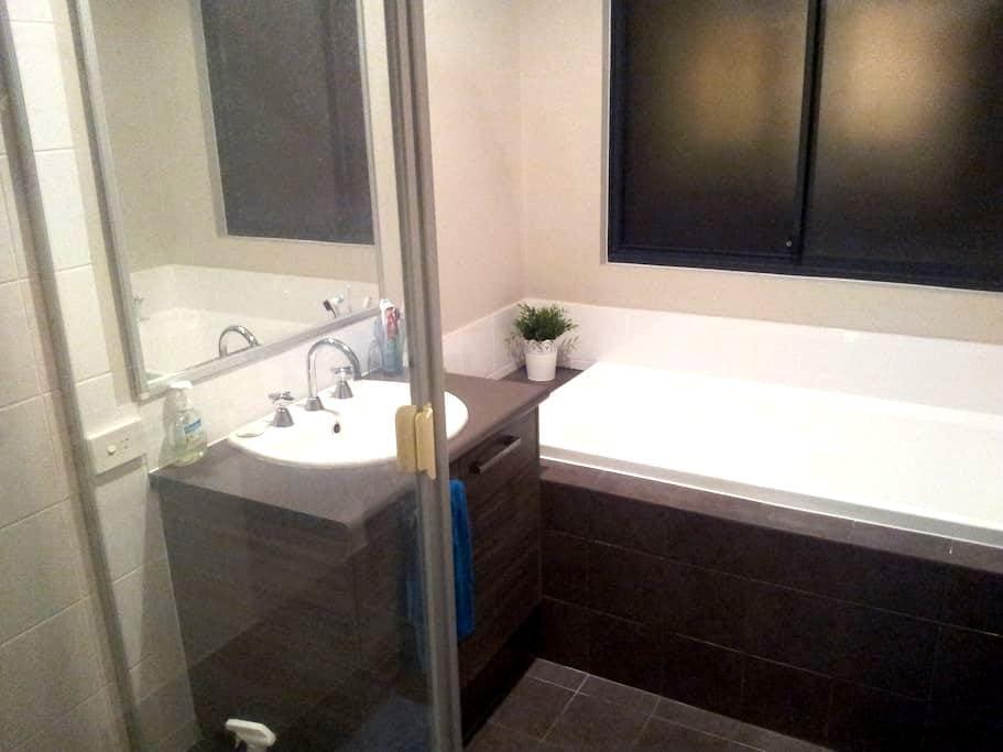 Double bedroom modern townhouse - Kewdale - 連棟房屋