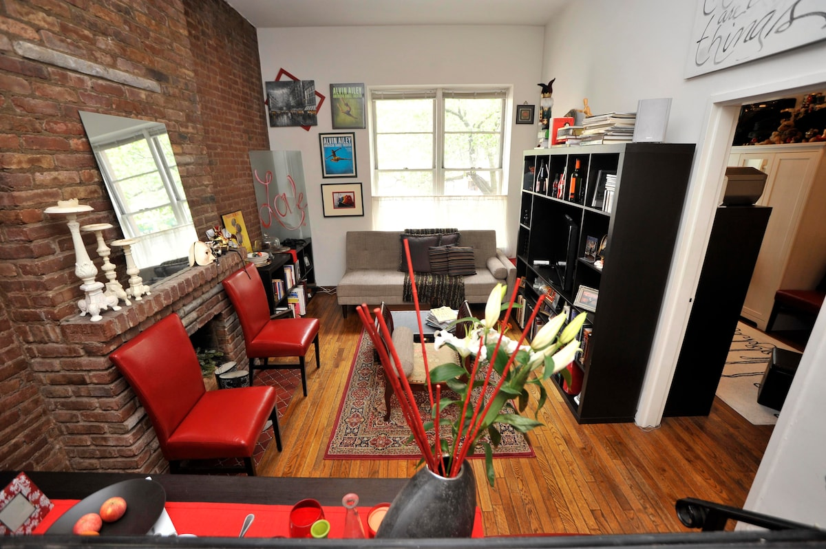 LivingRoom w/Flat screen TV, Stereo, WiFi & plenty of books...facing window