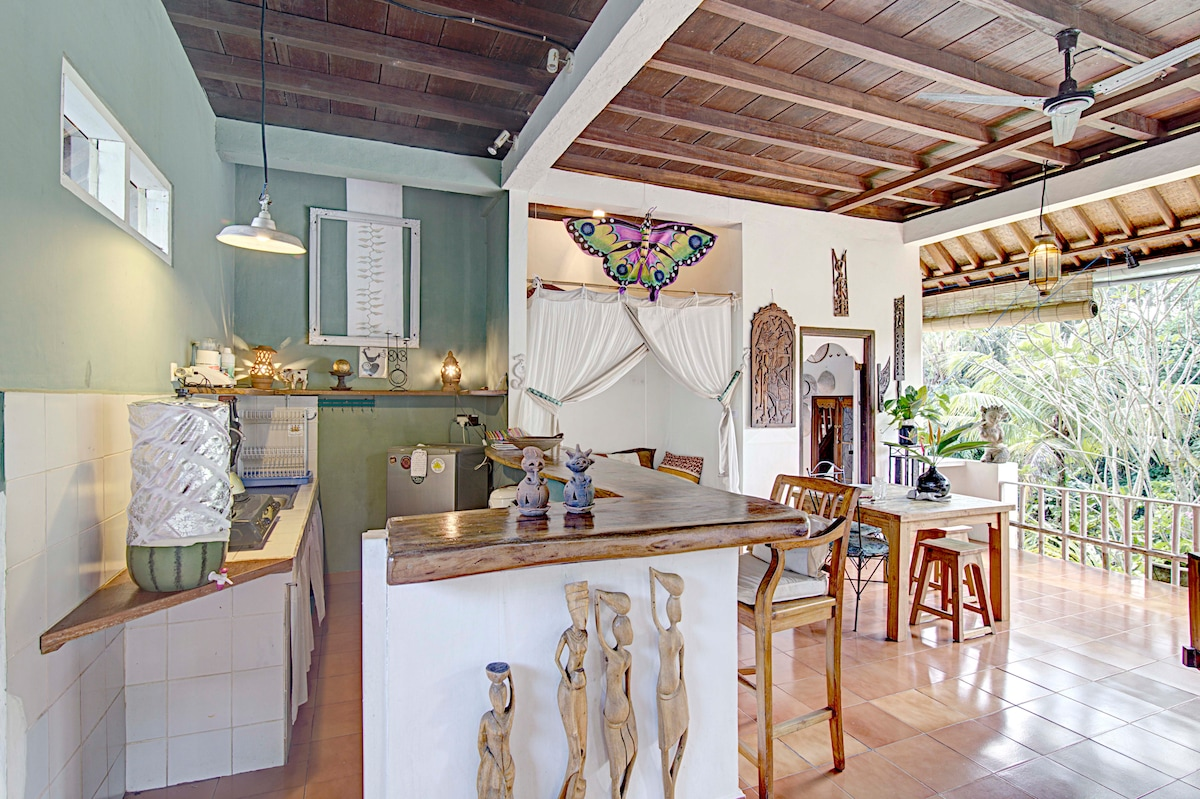 Well equipped kitchen, in tones inspired by the surrounding greens of the jungle and rice fields. Four Shaktis guard the place..