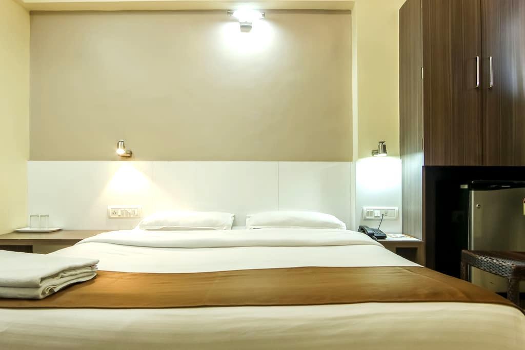 Delux Double AC Room opp Khar Stn W - Mumbai - Penzion (B&B)