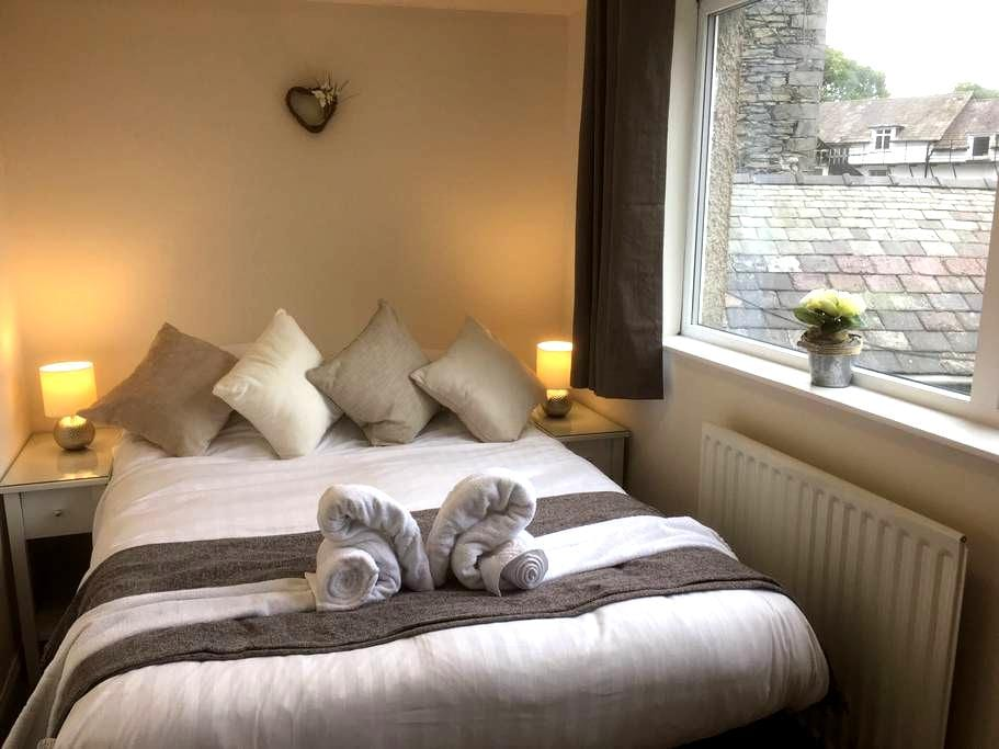 En-suite bedroom and lounge - Windermere