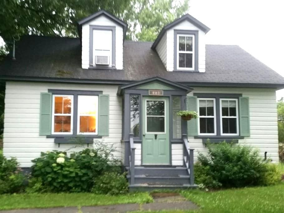 Cozy cottage style home  - Fredericton - Huis