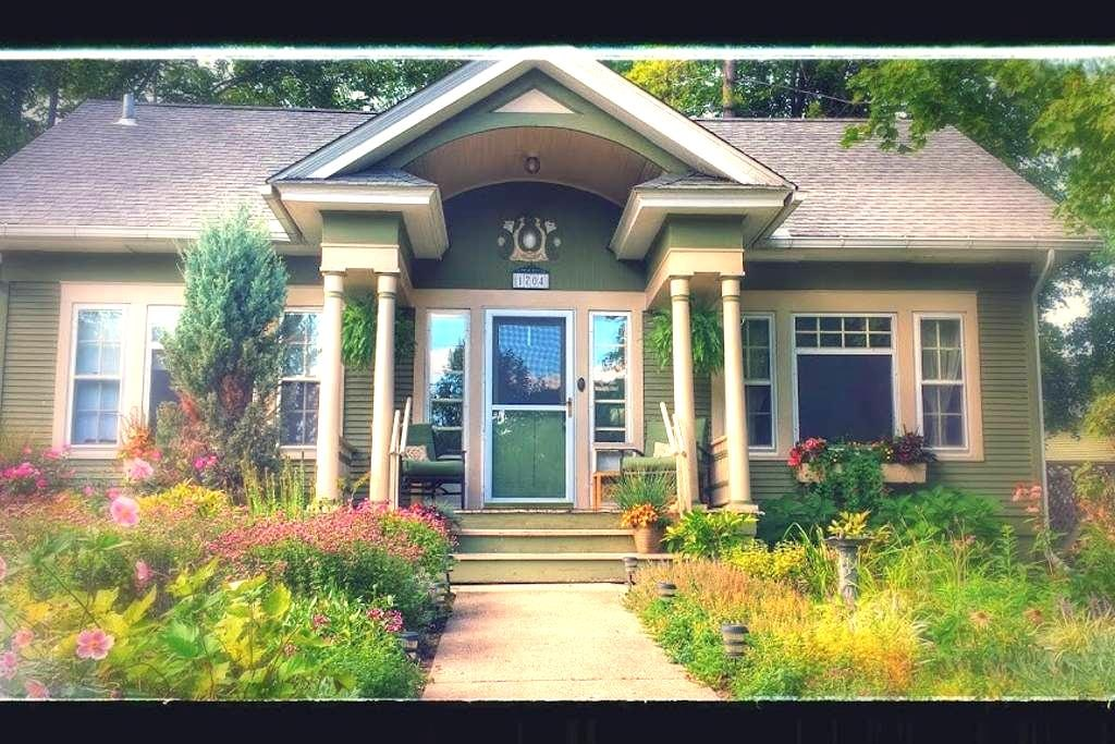 Charming Arts and Crafts Home - Ann Arbor - House