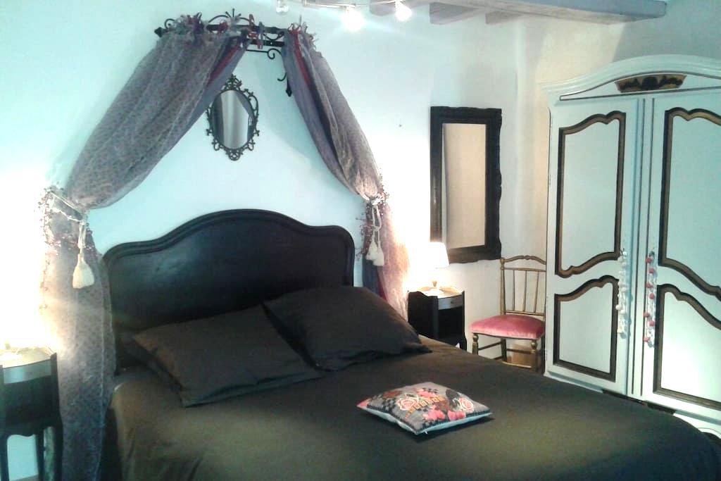Très belle chambre romantique  - Ousson-sur-Loire - 家庭式旅館