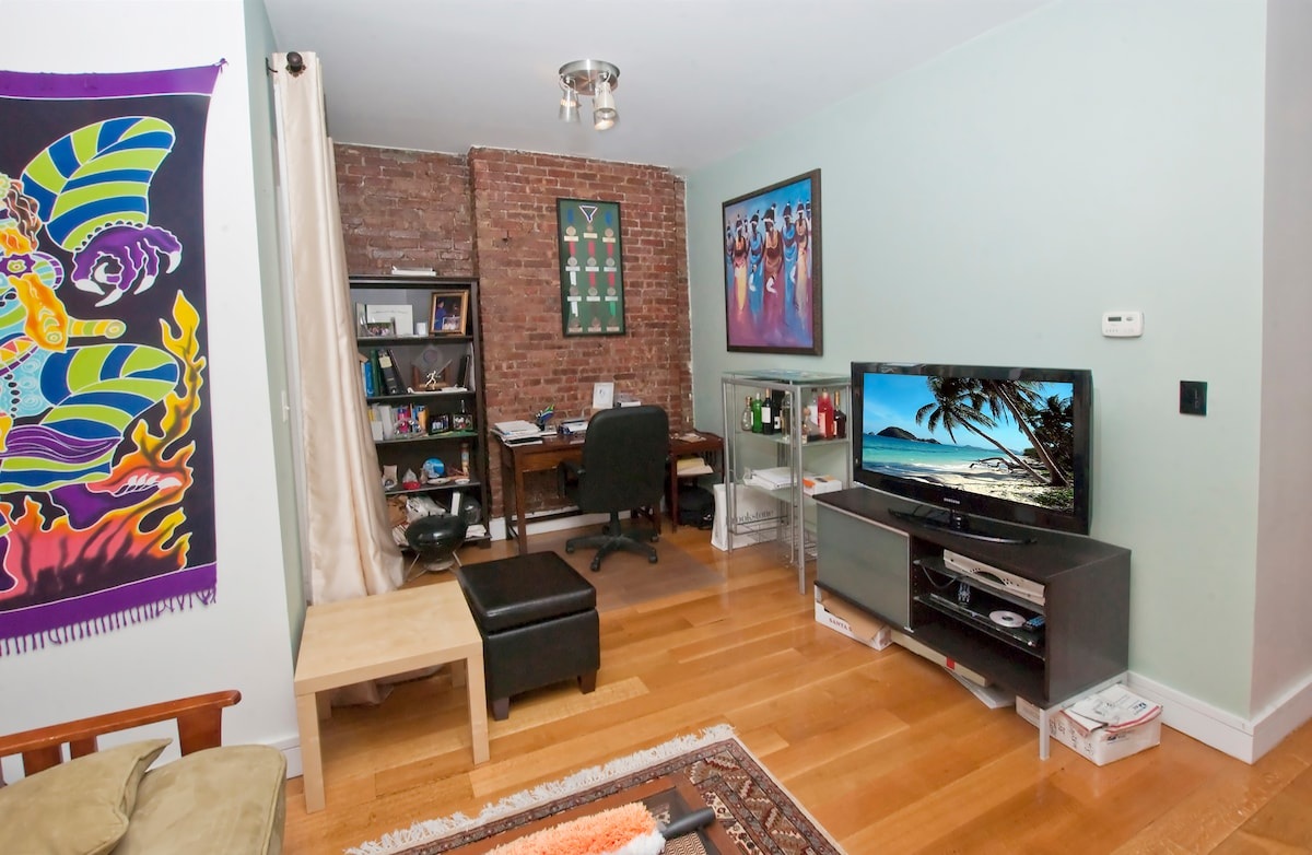 New 1Br Condo, 2 stops to Midtown