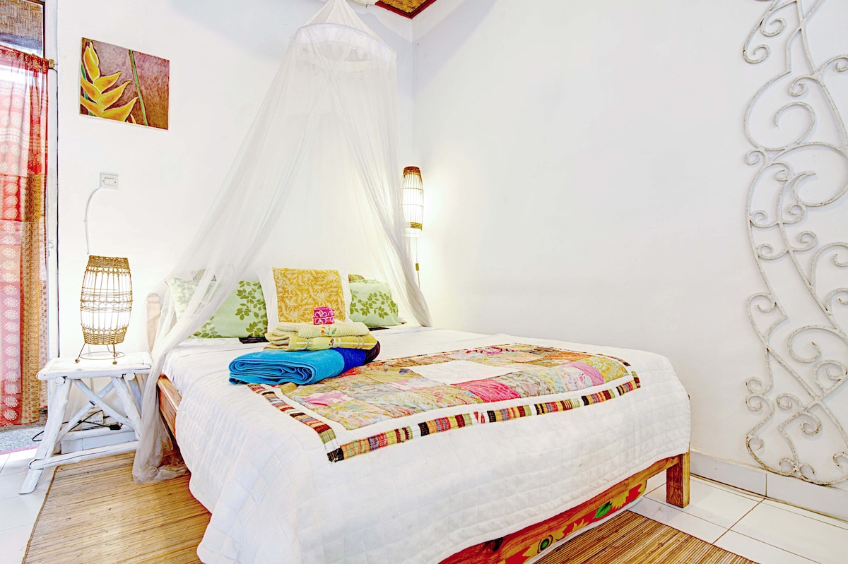 BED with MOSQUITO NETT. GOOD READING LIGHTS. OWN DESIGNED BEDLINEN. TOWELS, SOAP, SHAMPOO PROVIDED