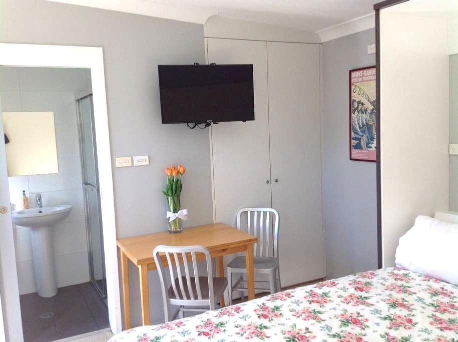 Private modern studio w own ensuite - Gladesville - House