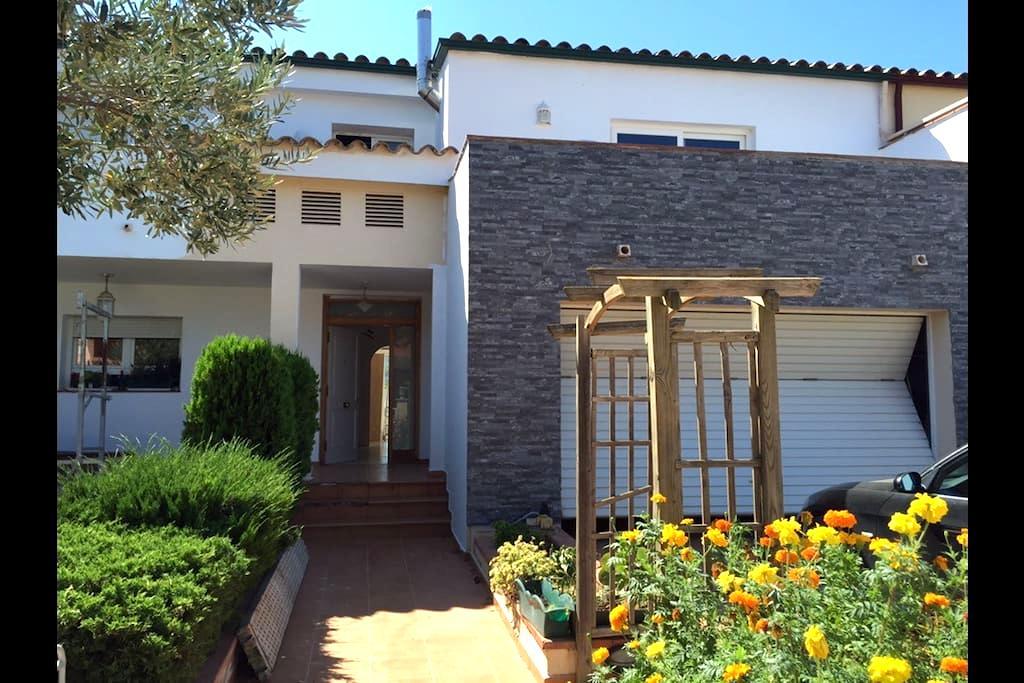 Linda suite en casa familiar -  Llers - Huis