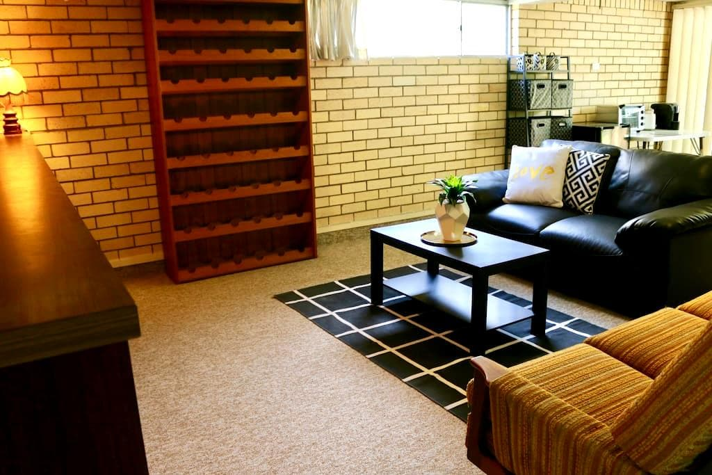 SELF CONTAINED UNIT, WIFI,B/FAST, CLOSE TO AIRPORT - Wavell Heights - Hus