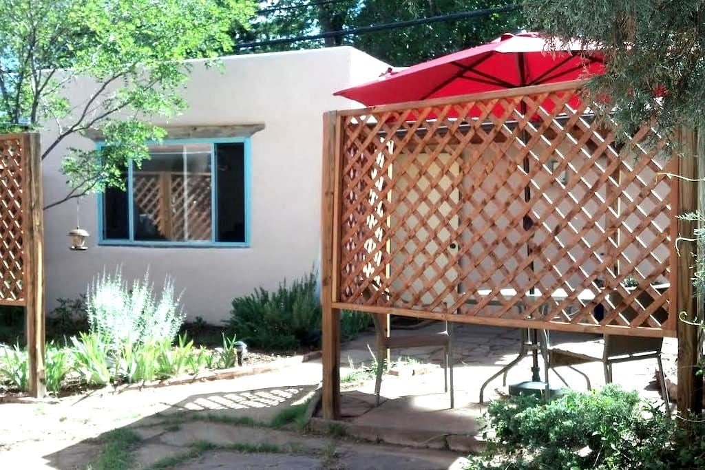 Cozy and central Santa Fe cottage - 圣菲 - 宾馆