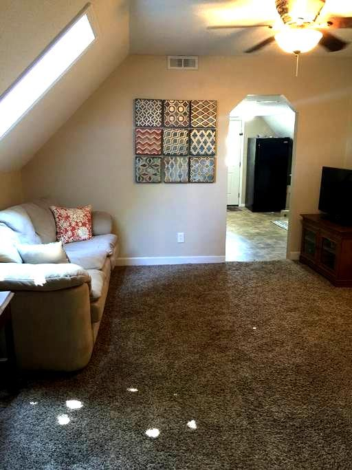 Budget friendly upstairs apartment in duplex! - West Des Moines - Huis