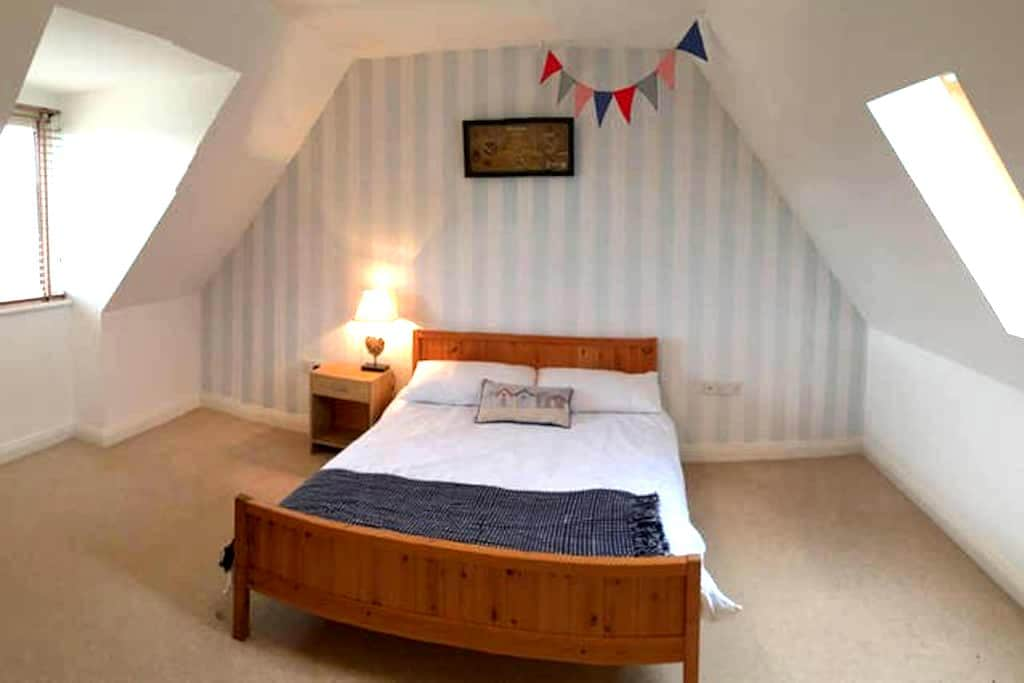 Large Double Room in Working Couples Home (1 of 2) - Weymouth - Ev