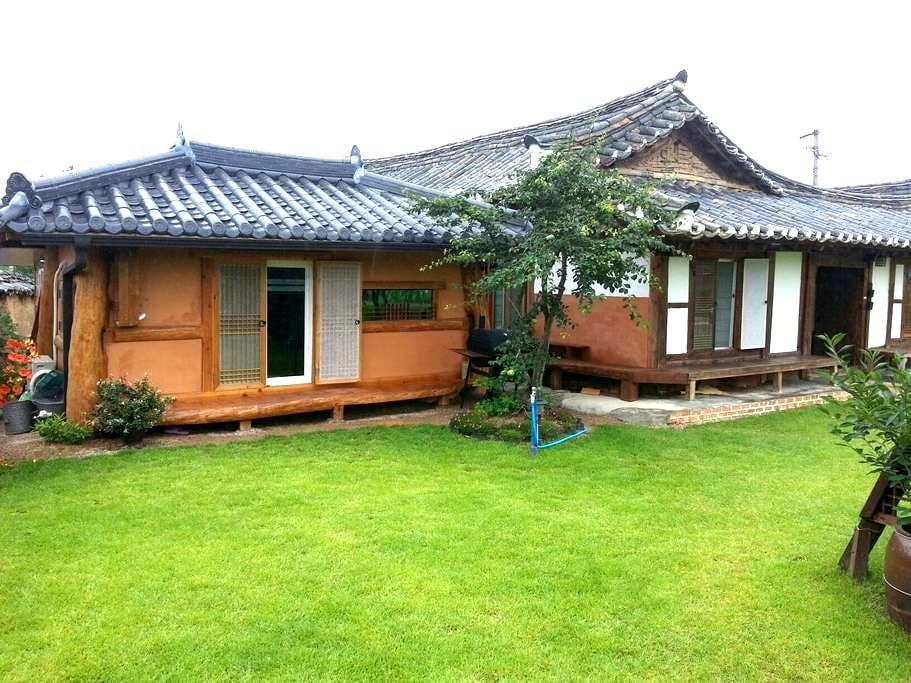 2.은혜당 황토방갈로 (4인실별채) 사진을 왼쪽 밀어보세요 -  Yeongdeog - กระท่อม