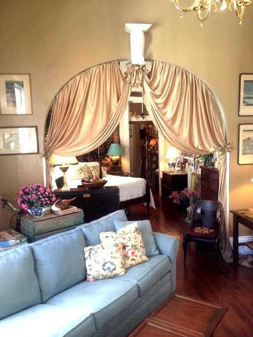House of DuBois.. as if Blanche lived here herself - New Orleans - Bed & Breakfast