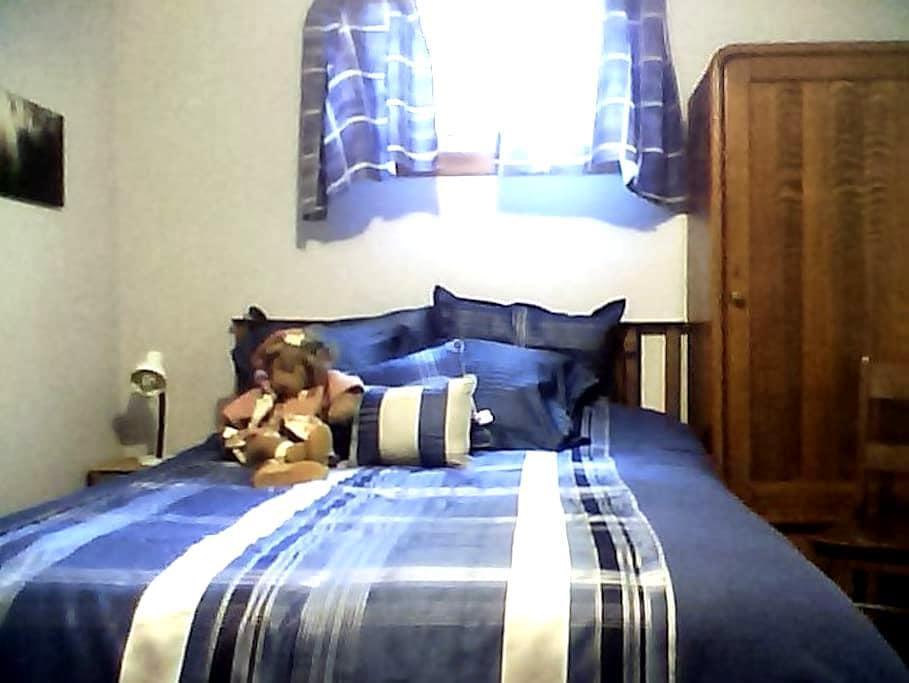 Quiet bedroom and bath near lake. - Lethbridge - Casa