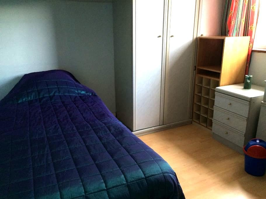 Single bedroom with fitted wardrobe - Harrow - Haus